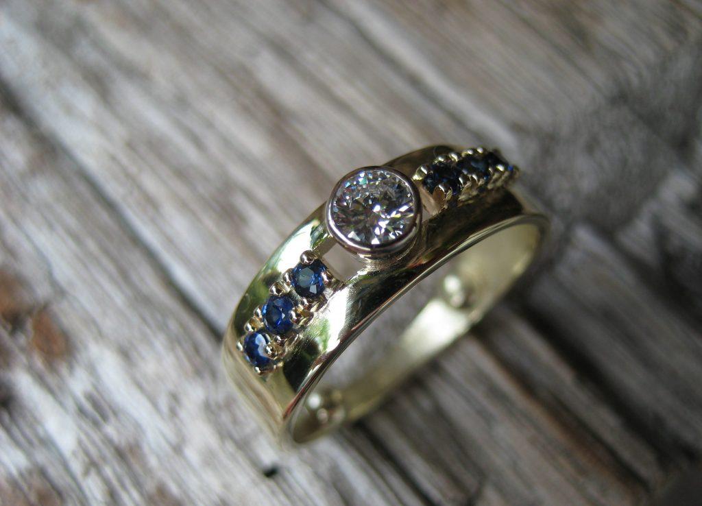 Gouden ring met saffier en diamant