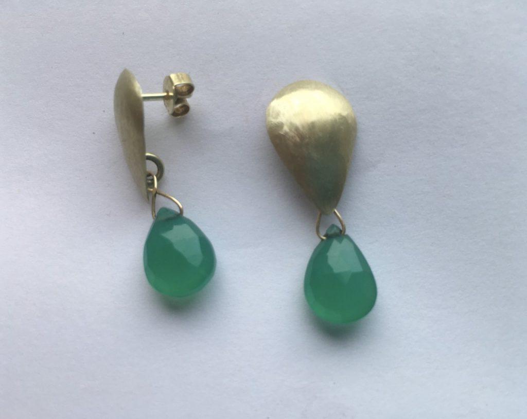 Geelgouden oorbellen met groene Chrysopraas druppel